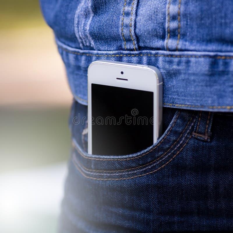 Smartphone in het dagelijkse leven Telefoon in jeanszak stock foto's