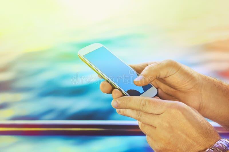 Smartphone, het kruisen, zonsondergang royalty-vrije stock foto