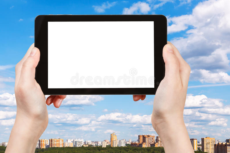 Smartphone i błękitny lata niebo nad miastem zdjęcia royalty free