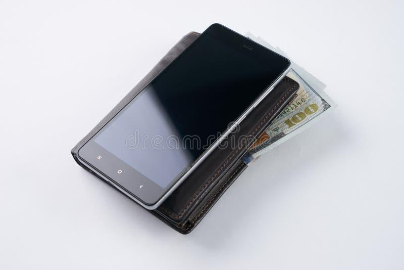 Smartphone i brown rzemienny portfel z dolar amerykański walutą fotografia stock