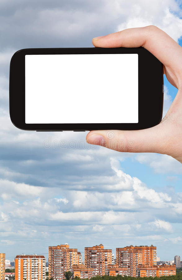 Smartphone i chmurny niebo nad miastem fotografia stock