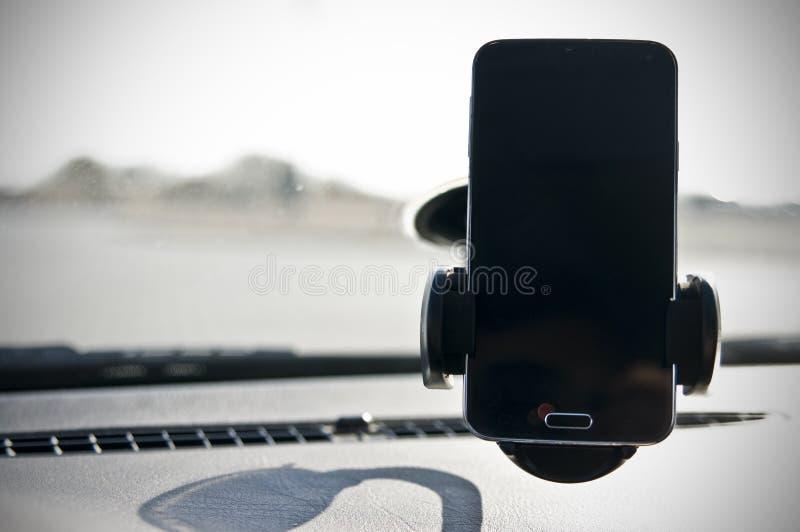 Smartphone i en bil royaltyfri bild