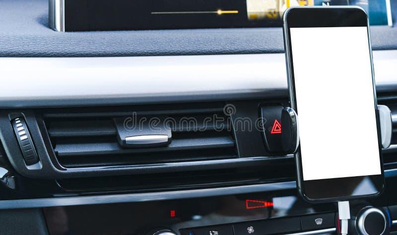 Smartphone i ett bilbruk för Navigate eller GPS Körning av en bil med Smartphone i hållare mobil telefonskärmwhite royaltyfri fotografi