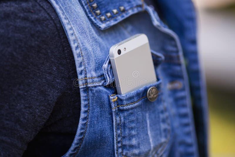 Smartphone i vardagsliv Telefon i jeansfack royaltyfri foto