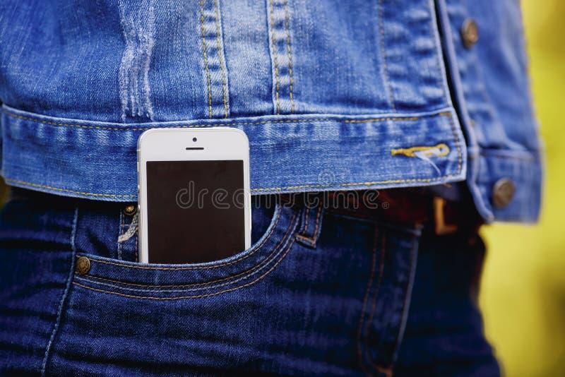 Smartphone i vardagsliv Telefon i jeansfack royaltyfri bild