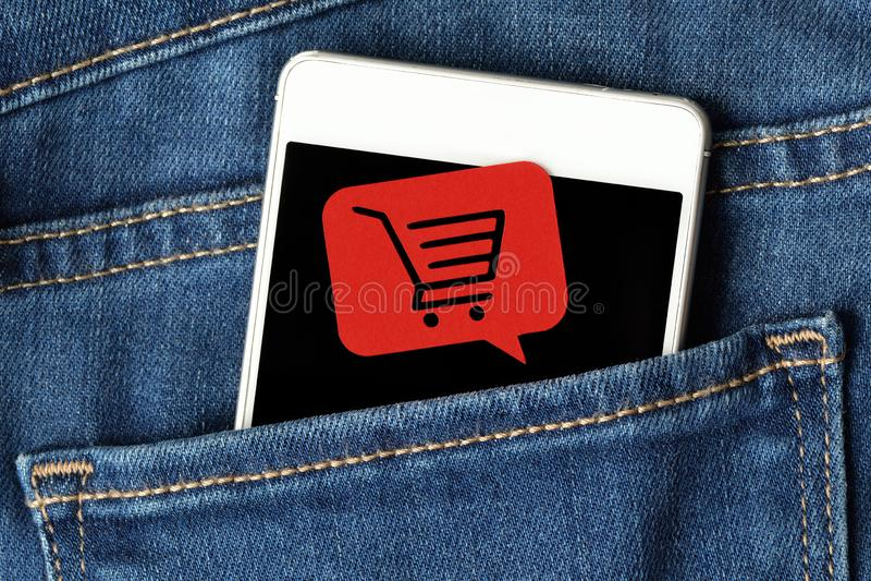Smartphone in Jeans stecken und Mitteilungsblasen mit einem Einkaufen ein stockbilder