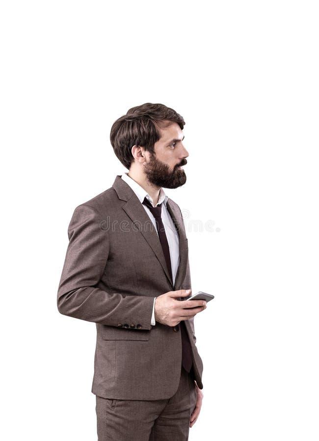 Smartphone joven serio de la tenencia del hombre de negocios imagenes de archivo