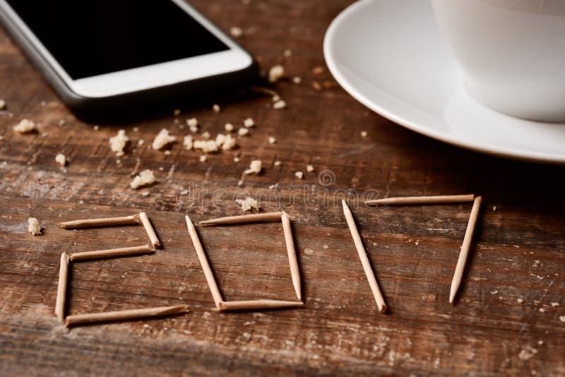 Smartphone, koffie en nummer 2017, als nieuw jaar stock fotografie