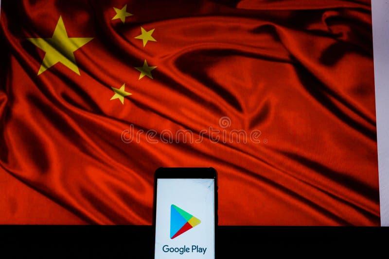 Smartphone kt?ry pokazuje Google Play sklepu logo przed Porcelanow? flag? zdjęcie royalty free