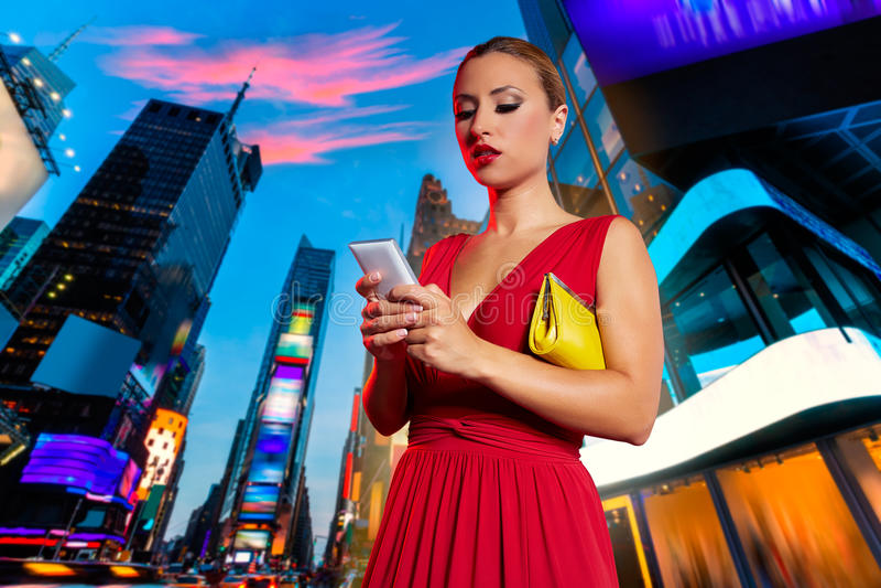 Smartphone louro da escrita do bate-papo da mulher em NYC fotografia de stock royalty free