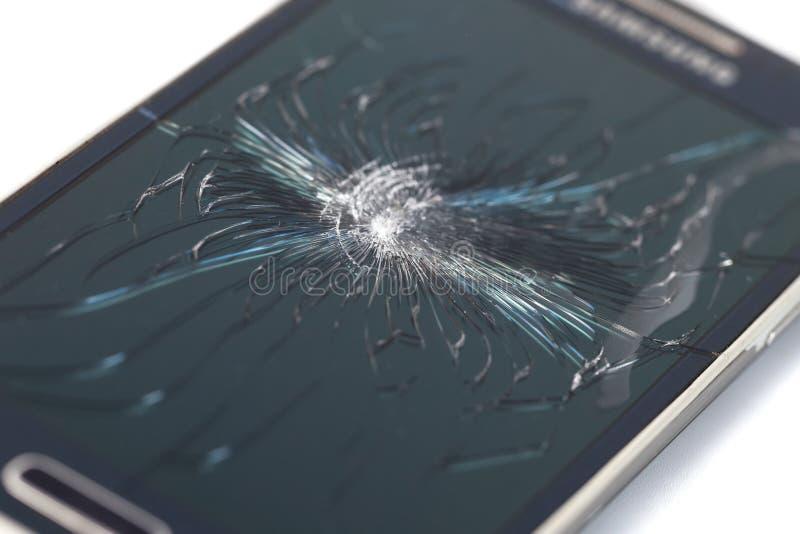 Smartphone móvil con la pantalla quebrada en el backgroun blanco fotos de archivo libres de regalías