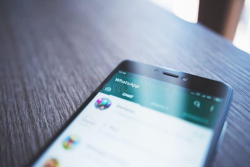 Smartphone med den öppna whatsappskärmen royaltyfri foto