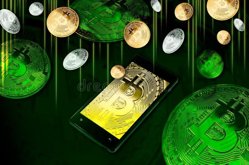Smartphone med den Bitcoin symbolpå-skärmen bland högar av guld- och silver Bitcoins på gräsplan arkivfoton