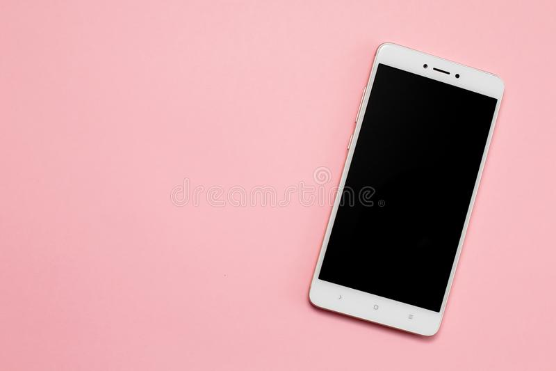 Smartphone med den tomma skärmen på rosa bakgrund arkivbild