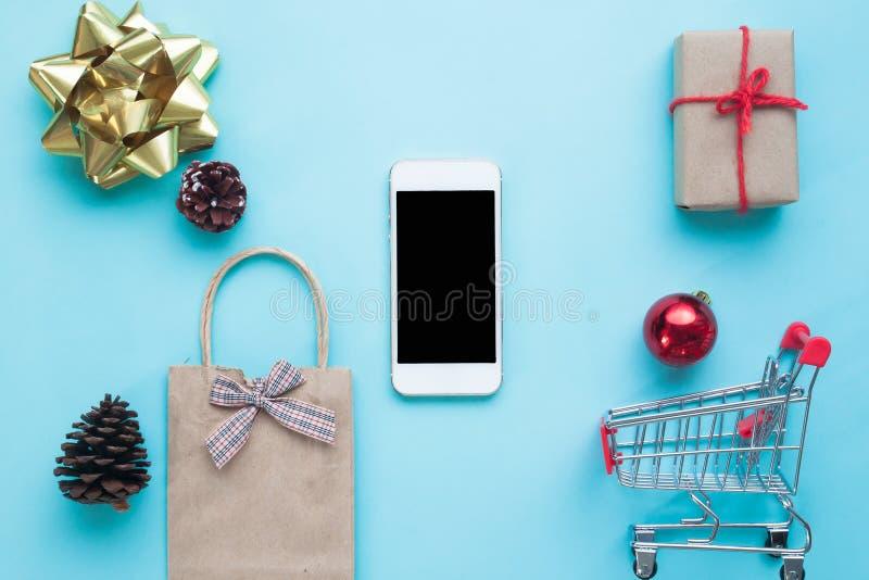 Smartphone med julpynt Jul förlöjligar upp templat fotografering för bildbyråer