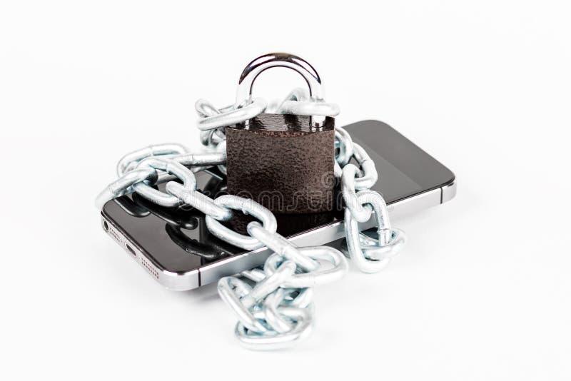 Smartphone med kedjan och låset som låsas på vit bakgrund, secur royaltyfri foto