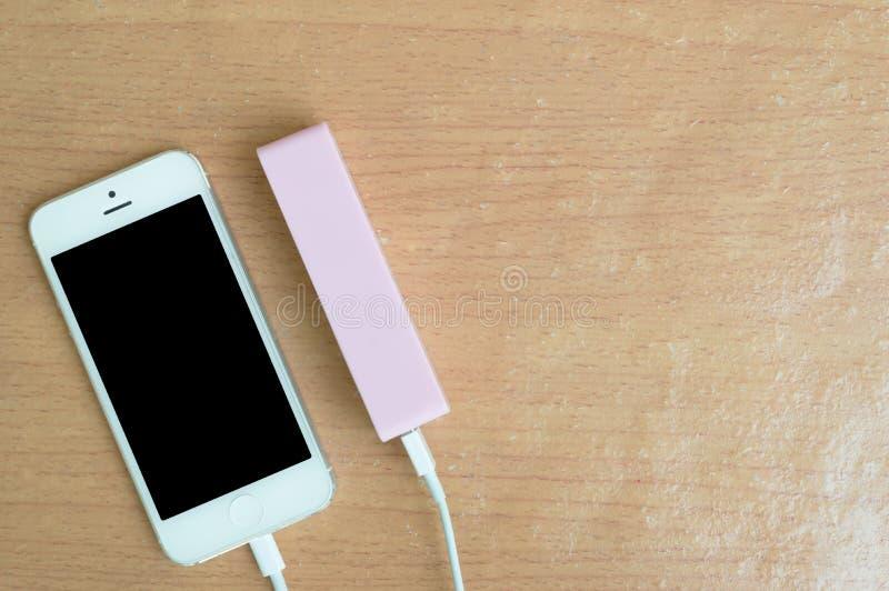 Smartphone med rosa färgmaktbanken och kopieringsutrymme fotografering för bildbyråer