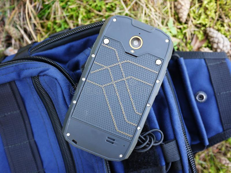Smartphone med vatten- och dammskydd arkivbilder