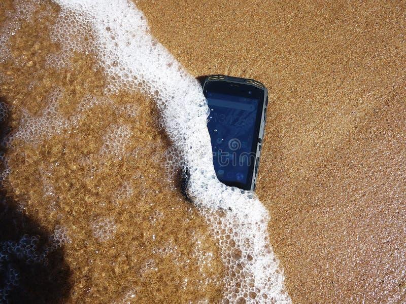 Smartphone med vatten- och dammskydd royaltyfri bild