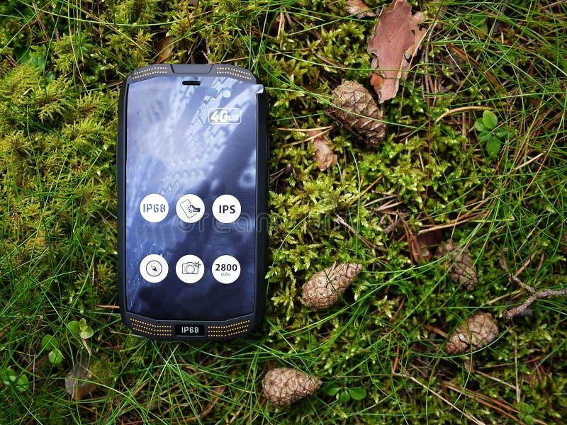 Smartphone med vatten- och dammskydd royaltyfri fotografi