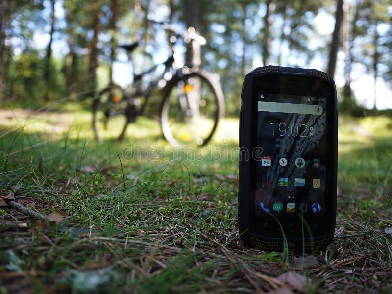 Smartphone med vatten- och dammskydd royaltyfria bilder