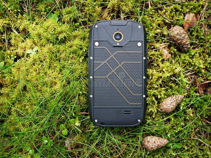 Smartphone med vatten- och dammskydd arkivbild