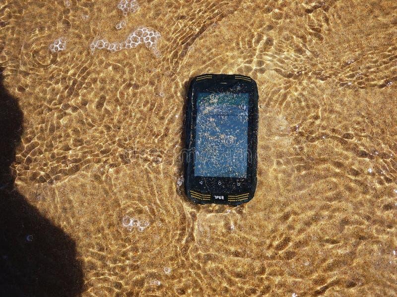Smartphone med vatten- och dammskydd arkivfoto