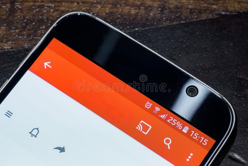 Smartphone met de last van de vijfentwintig percentenbatterij op het scherm stock afbeelding