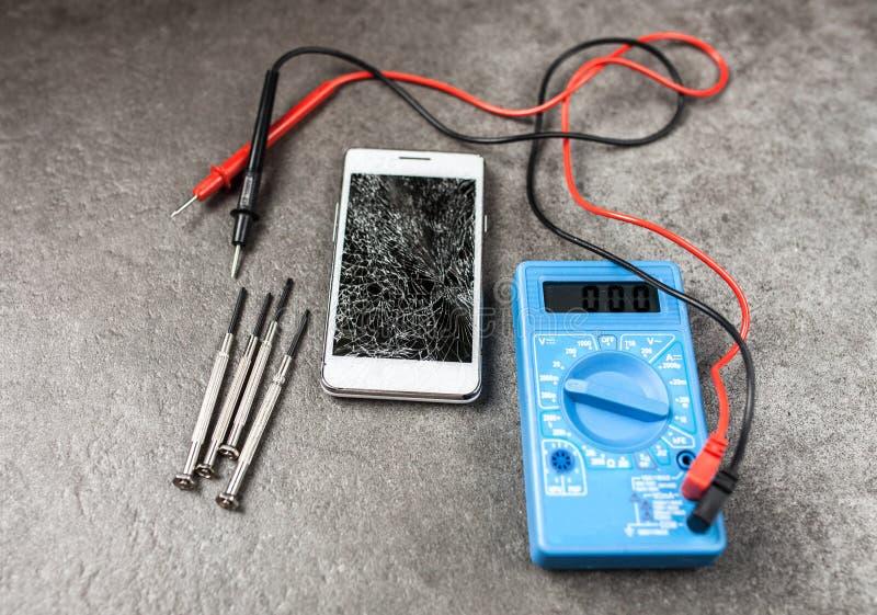 Smartphone met het gebroken scherm stock afbeelding