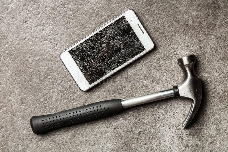Smartphone met het gebroken scherm stock afbeeldingen