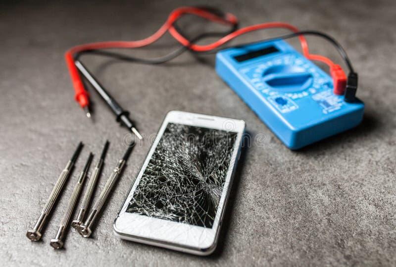 Smartphone met het gebroken scherm stock foto
