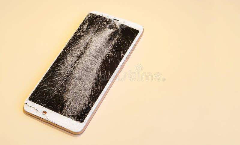 Smartphone met het gebroken scherm royalty-vrije stock afbeeldingen