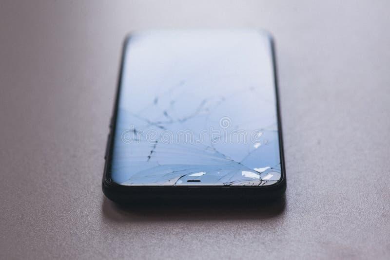 Smartphone met het gebroken scherm royalty-vrije stock foto