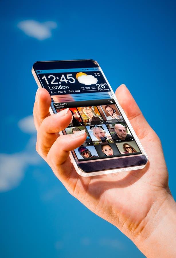 Smartphone met het transparante scherm in menselijke handen stock foto