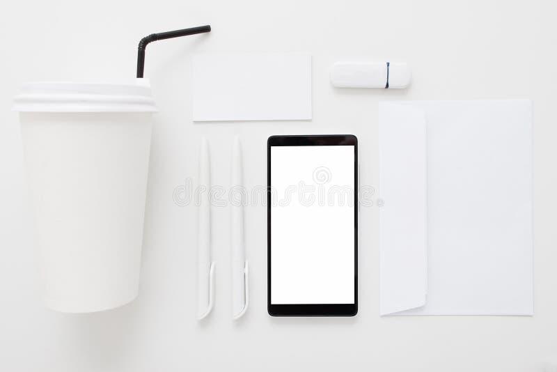 Smartphone met leeg het scherm en bureaumateriaal royalty-vrije stock fotografie