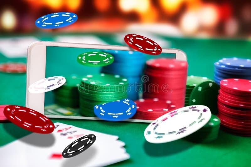 Smartphone met vlieg het gokken spaander, online applicatio van de pooklijst royalty-vrije stock afbeeldingen