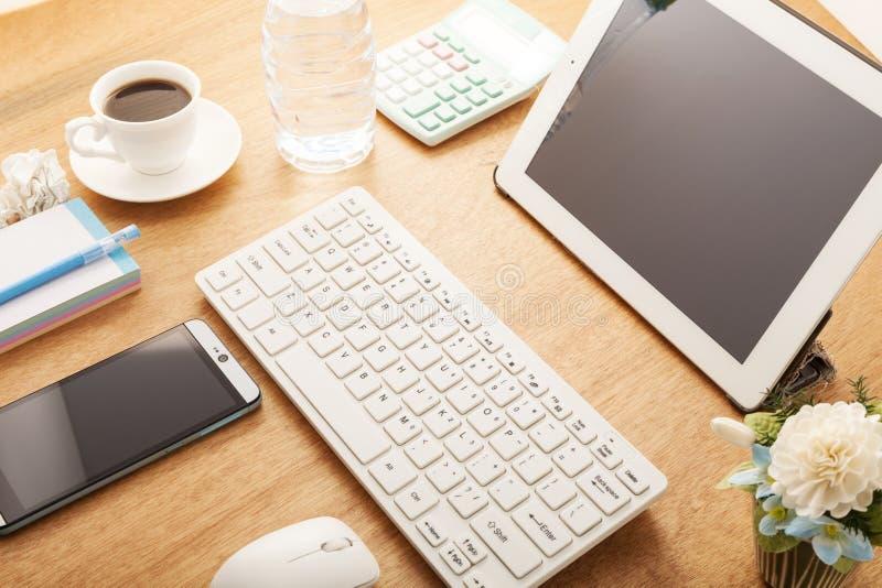 Smartphone mit Bleistift, Kaffeetasse, Kalender, Taschenrechner, Flasche wat lizenzfreie stockfotografie