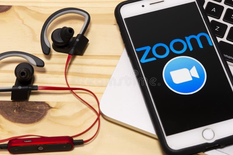 Smartphone mit dem Logo für Zoom Cloud-Sitzungen auf einem Bildschirm lizenzfreie stockfotos