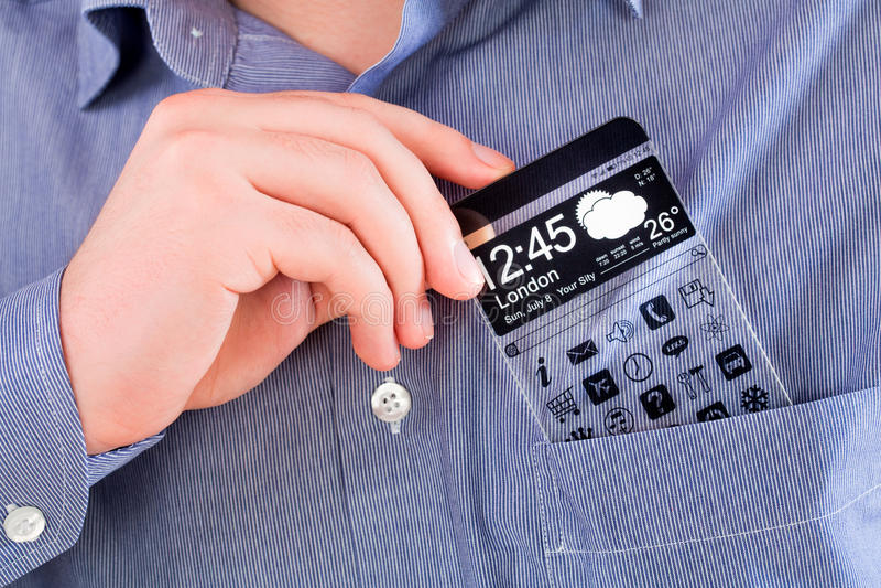 Smartphone mit einem transparenten Schirm in einer Hemdtasche. stockbild