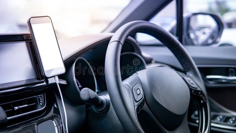 Smartphone mit modernem Auto des leeren Bildschirms stockfotos