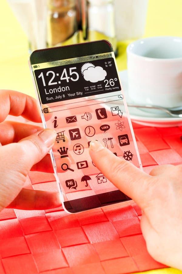 Smartphone mit transparentem Schirm in den menschlichen Händen. lizenzfreies stockbild