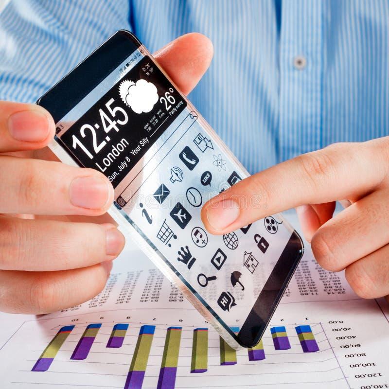 Smartphone mit transparentem Schirm in den menschlichen Händen. lizenzfreie stockbilder