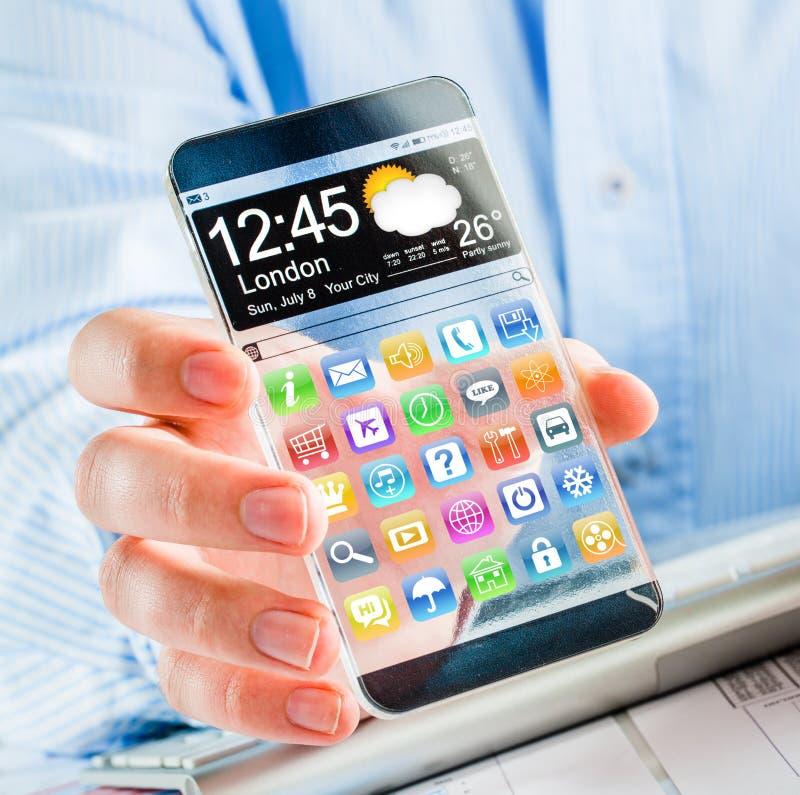 Smartphone mit transparentem Schirm in den menschlichen Händen. stockbilder