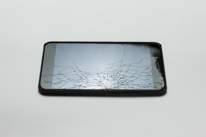 Smartphone mobile avec l'écran cassé sur le fond blanc photographie stock libre de droits