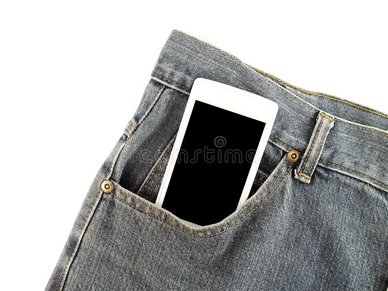 Smartphone mobile blanc avec l'écran tactile vide noir dans la poche avant de vieux jeans bleu-foncé photos libres de droits