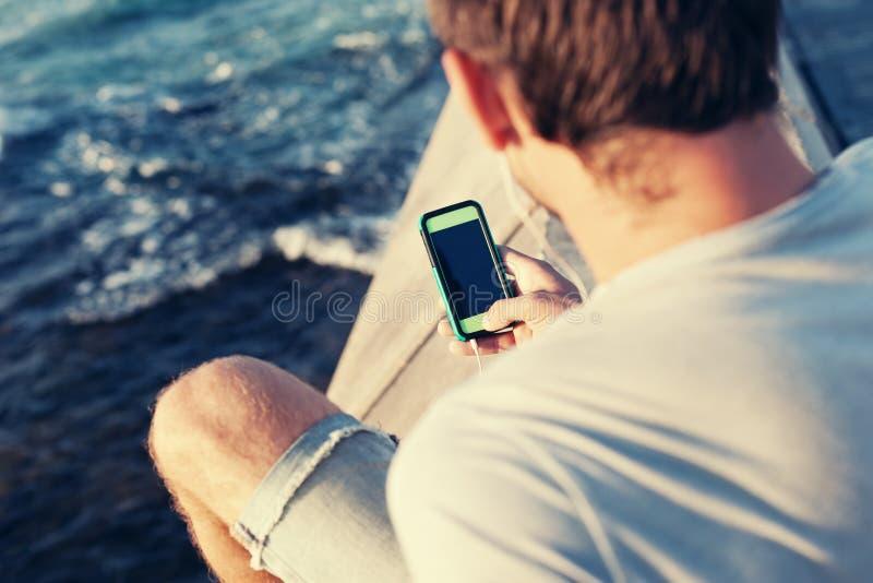 Smartphone mobile in mani del ` s dell'uomo fotografie stock