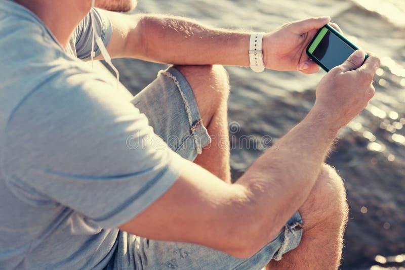 Smartphone mobile in mani del ` s dell'uomo fotografia stock
