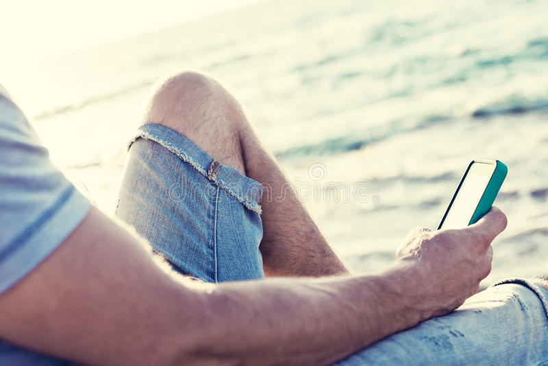 Smartphone mobile in mani del ` s dell'uomo immagini stock