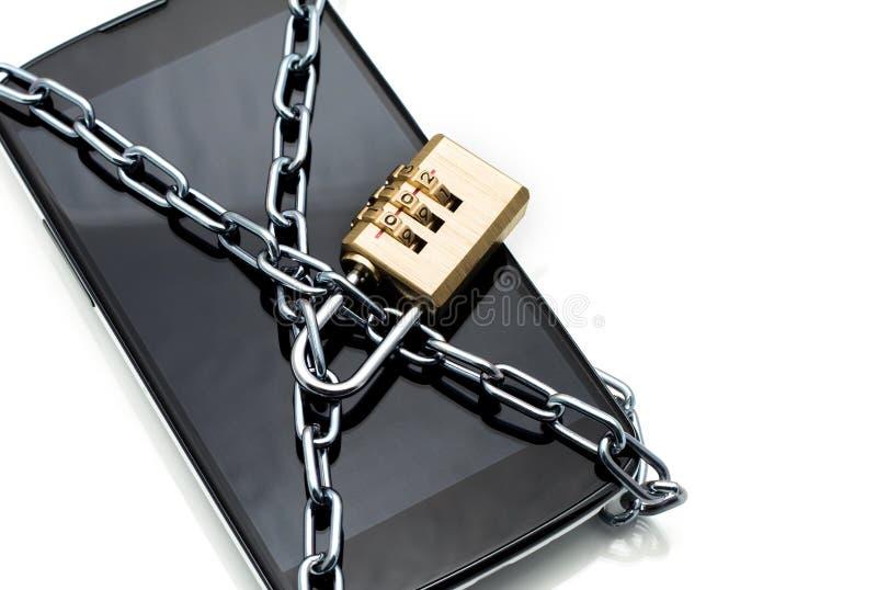 Smartphone moderne avec le cadenas de serrure de combinaison. Concept de mobi photographie stock libre de droits