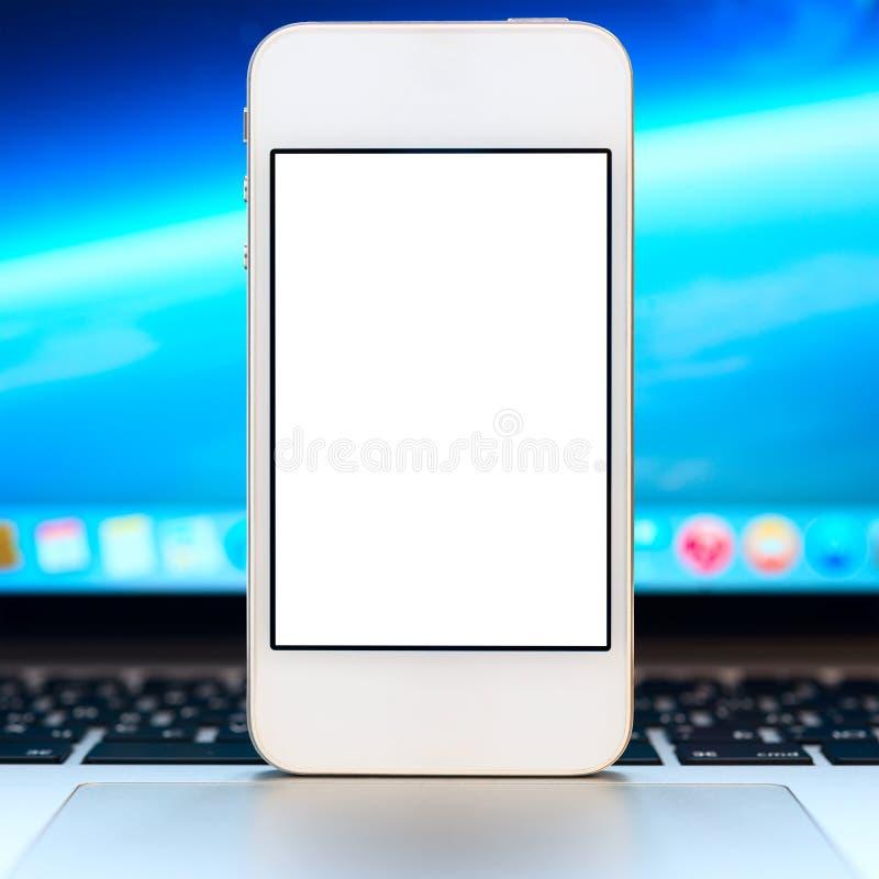 Smartphone moderno con lo schermo in bianco fotografia stock libera da diritti